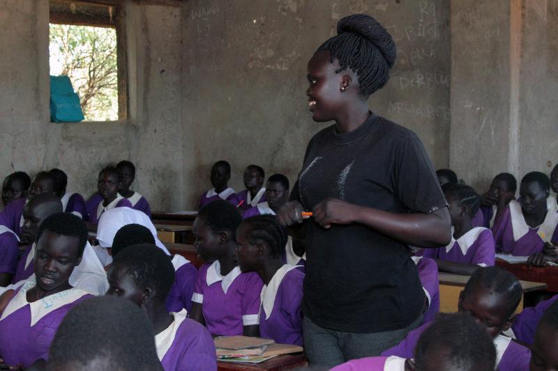 Jessica Deng, de 21 años, enseña una clase de matemáticas en la escuela primaria Bahr El Naam, una escuela para mujeres en el campamento de refugiados de Kakuma.  Deng, una refugiada, dice que sirve como un modelo a seguir para sus alumnas.