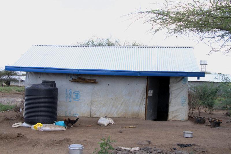 Las casas en Kakuma son viviendas pequeñas de una sola habitación, construidas con lona, metal o ladrillos de adobe.