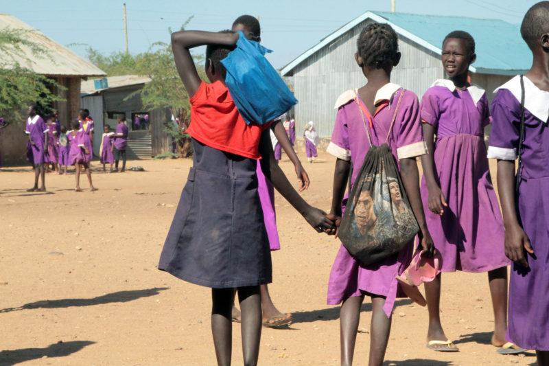 Los estudiantes deambulan por el patio durante un descanso entre clases en la Escuela Primaria Bahr El Naam de Kakuma.