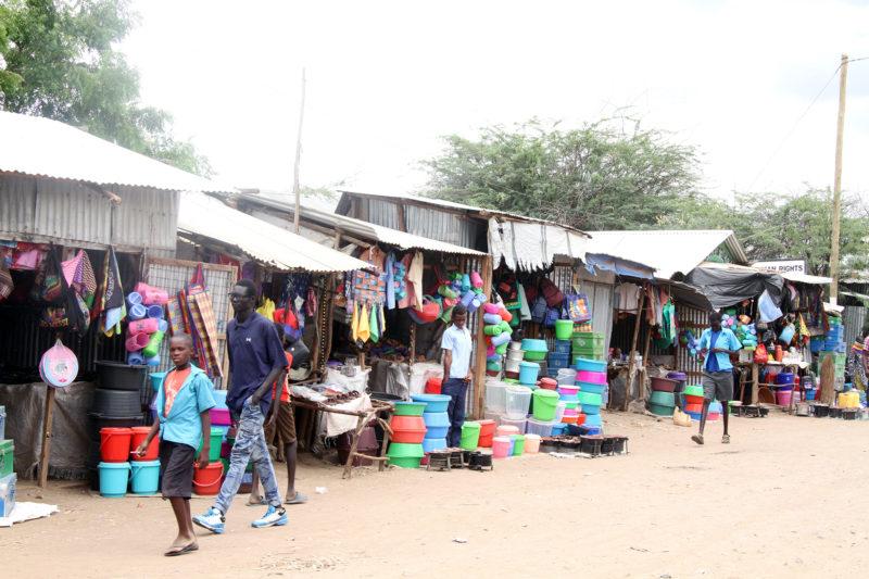 Kakuma tiene varios mercados, donde los refugiados han abierto negocios que venden productos o alimentos.  Los refugiados están legalmente excluidos de la mayoría de los trabajos en Kenia, pero ser propietario de una tienda es una forma en que pueden ganar algo de dinero.