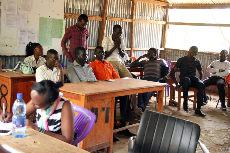 Los maestros de la Escuela Secundaria para Refugiados de Kakuma se reúnen en la sala de profesores el lunes de la segunda semana de un nuevo período.  Debido a problemas de contrato, la escuela estuvo sin la mayoría de los maestros la semana anterior.